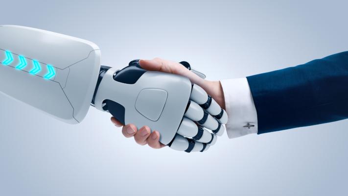 Handschlag zwischen Roboter und Mensch